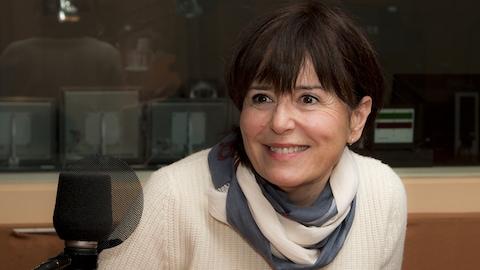 L'animatrice sourit au micro de Christiane Charette