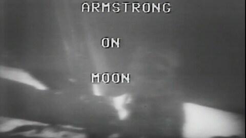 Image en noir et blanc provenant de la transmission en direct de la descente de Neil Armstrong sur la Lune.
