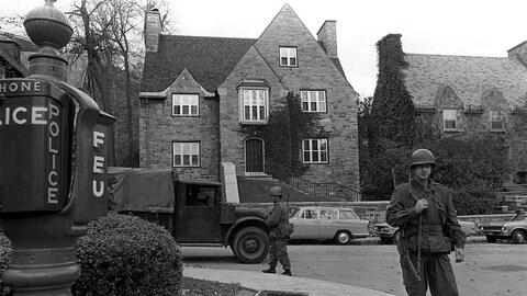Des soldats montent la garde devant la résidence du diplomate britannique James Cross après son enlèvement par le FLQ en octobre 1970.