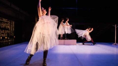 Danseurs et danseuses avec tutu sur une scène.