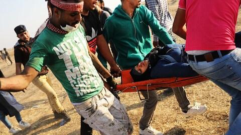 Une femme palestinienne est transportée sur un brancard après avoir été blessé par les tirs de l'armée israélienne