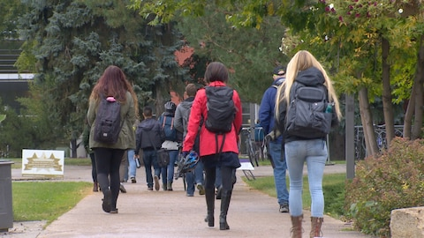 étudiants qui marchent sur le campus de l'Université de l'Alberta