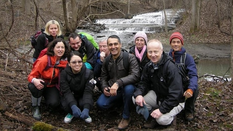 Des participants au programme marchent dans le parc-nature du Ruisseau-De Montigny.