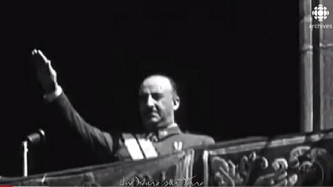 Le général Francisco Franco saluant la foule d'un balcon à la manière fasciste.
