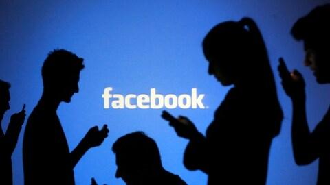Spectre de Facebook et des gens à leur cellulaire