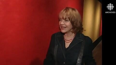 Françoise Sullivan marchant dans le Musée des beaux-arts de Montréal en 2003.