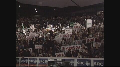Foule en liesse au grand rassemblement du 22 mars 1997 pour la survie de l'hôpital Montfort. (Archives)