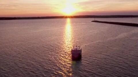 Un bateau au couché de soleil