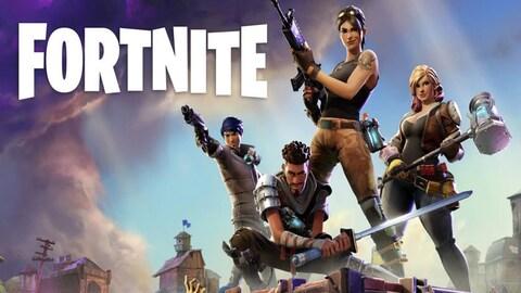 Une image montrant quatre personnages de Fortnite, armes en main, prenant la pose sur ce qui semble être le toit d'un bâtiment. Une colonne de fumée peut être vue en arrière plan. Dans le coin supérieur gauche, le mot Fortnite est inscrit en lettres majuscules.