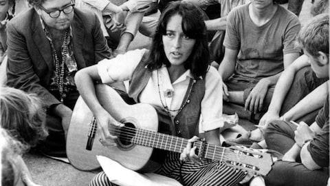Joan Baez chante entourée de jeunes à San Franciso, en septembre 1967.
