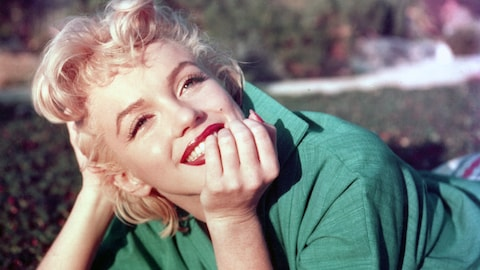 En 1954, Marilyn Monroe pose pour un photographe à Palm Springs, en Californie.