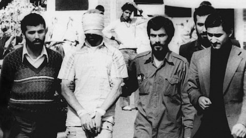 Un des 66 otages est montré par des militants iraniens à l'extérieur de l'ambassade américaine de Téhéran, le 9 novembre 1979.