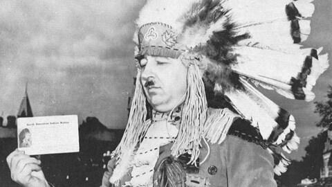 Le militant autochtone Jules Sioui portant une coiffe traditionnelle.