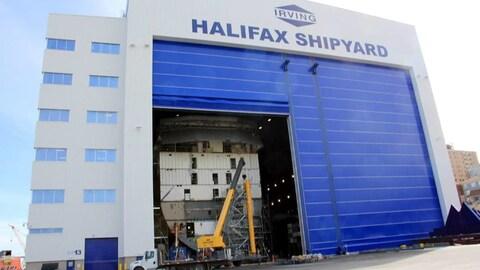 Vue de côté de l'édifice du chantier naval Irving à Halifax.