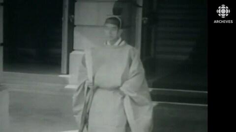 Image datant de 1952 du prince Akihito, le père du nouvel empereur Naruhito, en costume de cour.