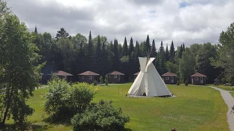 Le site Kinawit se trouve sur le terrain de l'ancien camp des scouts. Ce projet est né d'une volonté des Autochtones habitant en ville d'avoir un endroit où faire revivre leurs traditions.