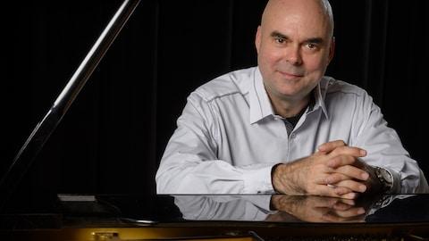 Michel Rochon, assis au piano.