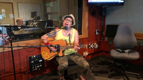 L'interprète attikamek Laura Niquay interprète sa chanson «Takamaka» à l'émission Bonjour la Côte.