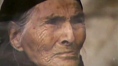 Photographie d'une aînée innue en couleurs.