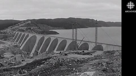 Le barrage de la Manic-5 en construction.