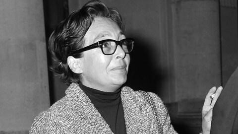 Marguerite Duras, lunettes noires et cigarettes, à la cour de Paris, en 1966