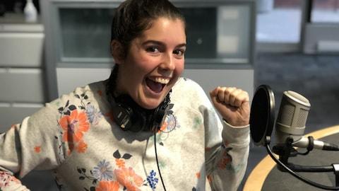 Chloé Thériault au microphone du Matin du Nord