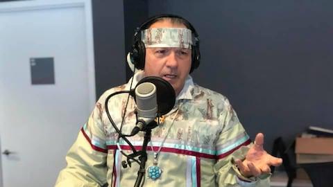 Daniel Richer dans le studio du Matin du Nord, à Radio-Canada Sudbury