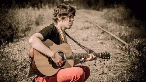Une image de Devon Lachance, la guitare à la main