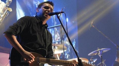 Yvan Petit sur scène, la guitare à la main