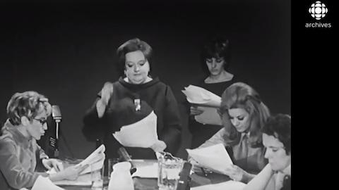 Lecture publique de la pièce Les belles-soeurs le 4 mars 1968.  Cinq actrices lisent le texte donc Janine Sutto, Denise Proulx et Denise Filiatrault.