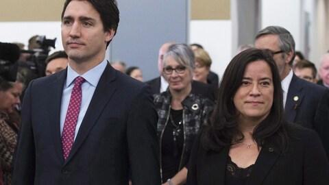 Le remier ministre Justin Trudeau et Jody Wilson-Raybould participent à la grande entrée de la Commission de vérité et réconciliation à Ottawa le 15 décembre 2015