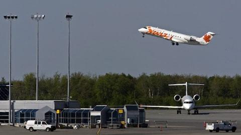 Un avion d'Air Canada Jazz décolle de l'aéroport de Halifax, en 2010