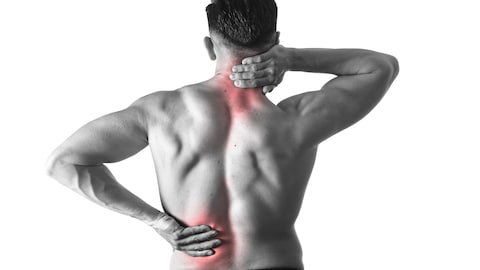 Un homme vu de dos tient ses mains aux endroits où il a mal, dans la nuque et le bas du dos.