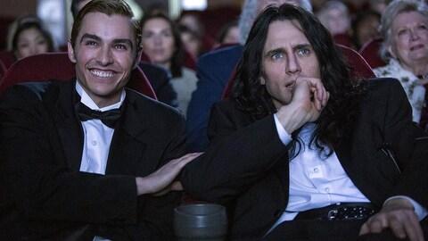 Dave et James Franco assis dans une salle de cinéma, regardant l'écran dans une scène du film  The Disaster Artist , de James Franco