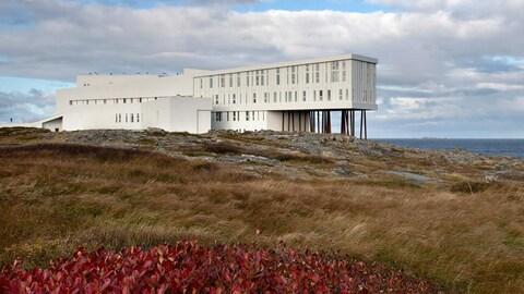 Vue au loin de L'hôtel Fogo Island Inn, sur l'île de Fogo, au large de Terre-Neuve.