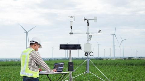 Un ingénieur mesure le climat au moyen d'instruments.