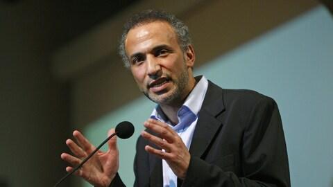 Tariq Ramadan prononçant un discours