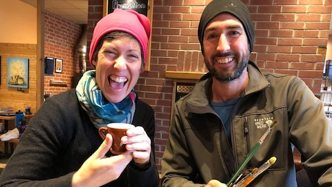 Nadia Bertrand et Sébastien Dubois, souriants, dans un café