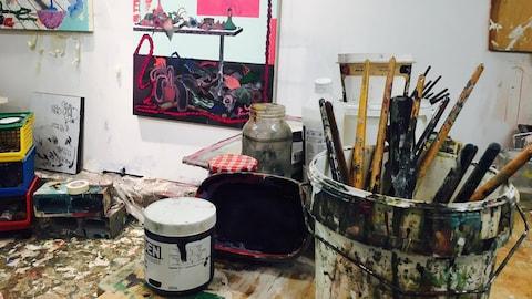 Un atelier d'artiste avec peinture et pinceaux