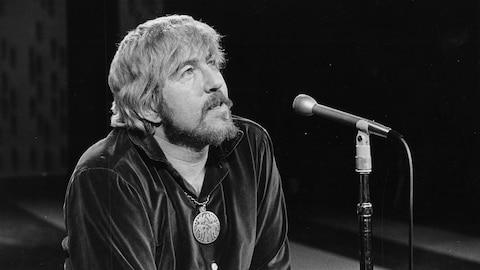 Image de Tex Lecor à l'émission « Zoom » en 1968. On le voit, médaillon au cou et chevelure mi-longue.