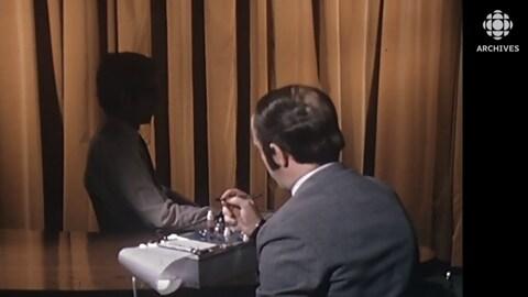L'animateur Jacques Houde fait passer un test de polygraphe à un volontaire durant l'émission Atomes et galaxies.