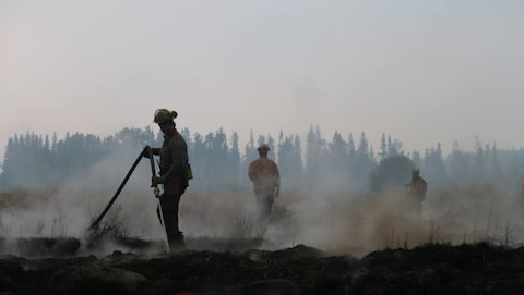 Des pompiers à l'oeuvre dans la région de Cariboo en Colombie-Britannique