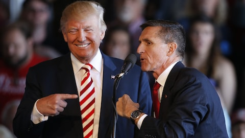 Donald Trump plaisante avec Michael Flynn lors d'un rassemblement à Grand Junction, au Colorado, en octobre 2016.