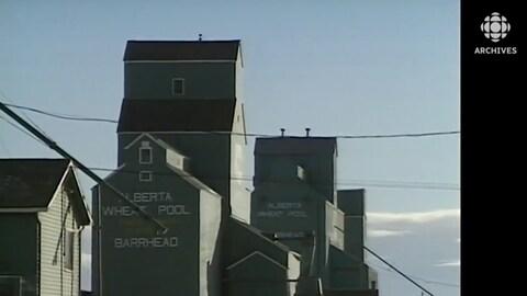 Les silos à grain situés à Barrhead en Alberta sont un des symboles de l'identité des Canadiens vivant dans les provinces de l'Ouest.