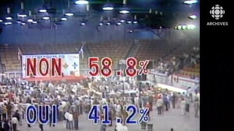 Image du Centre sportif Paul-Sauvé le soir du 20 mai 1980 avec des résultats partiels de 58,8 % et de 41,2 % affichés pour les options du non et du oui.