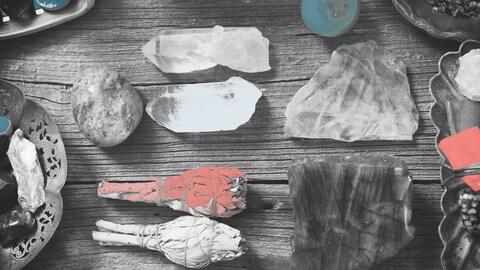Des cristaux, de la sauge et de l'encens