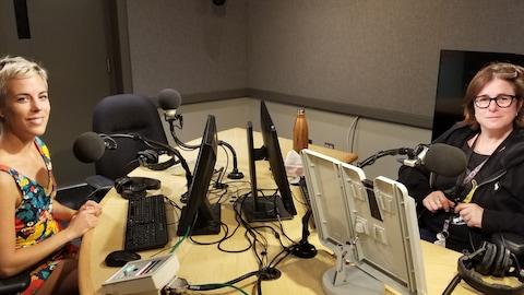 Deux femmes dans un studio radio, Roxanne Potvin et Isabelle Fleury.