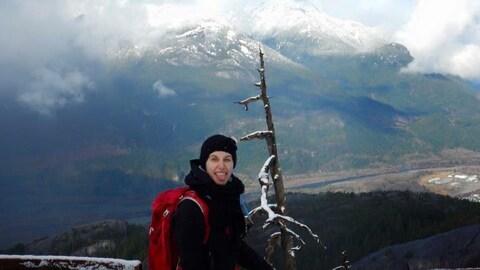 Sabrina Gagnon pose devant une montagne près de la municipalité de Squamish.