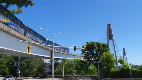 Le Skytrain, le métro aérien du Grand Vancouver, approche le pont Skybridge, qui relie New Westminster à Surrey.