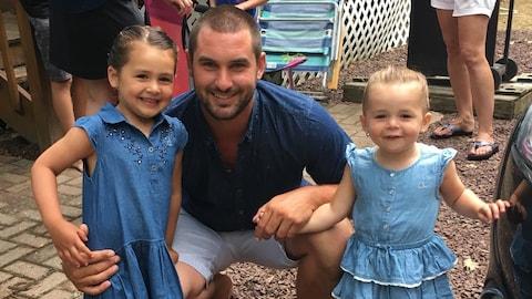 Sylvain Bouchard avec ses deux filles : Lily May, 4 ans et Lauri Ann, 2 ans.